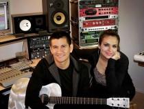 Emmanuel y Linda en el estudio