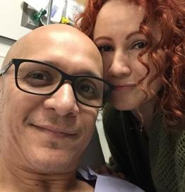 Job González y su esposa minutos antes de entrar a la sala de operación.